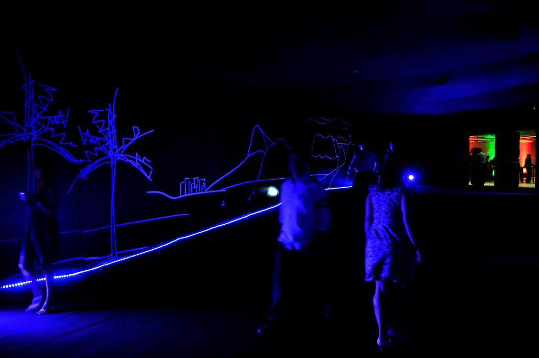 Túnel com luz negra